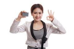 Ung asiatisk show för affärskvinna som är reko med ett tomt kort fotografering för bildbyråer