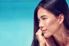Ung asiatisk stående för skincare för skönhetkvinnaframsida arkivfoton