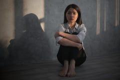 Ung asiatisk stressad/bekymmer/huvudvärk/ledset/skrik affärskvinnakänsel D royaltyfri bild