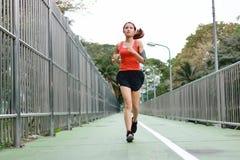 Ung asiatisk sund kvinnlig spring på gatan Kondition- och övningsbegrepp arkivfoto