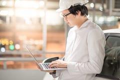 Ung asiatisk tekniker eller arkitekt som arbetar med bärbara datorn Royaltyfri Bild