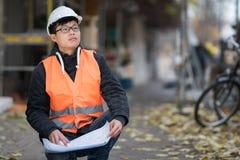 Ung asiatisk tekniker på arbete på konstruktionsplats Arkivbilder