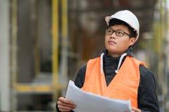 Ung asiatisk tekniker på arbete på konstruktionsplats Royaltyfria Foton