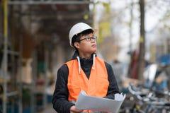 Ung asiatisk tekniker på arbete på konstruktionsplats Royaltyfri Bild