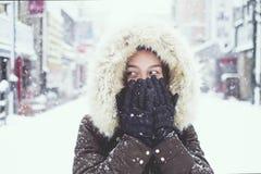 Ung asiatisk turist- kvinna i vinter, Sapporo - Japan arkivbild