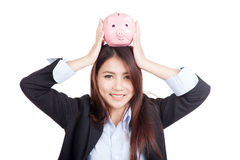 Ung asiatisk över huvudet affärskvinnahållspargris Royaltyfri Foto