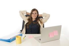 Ung attraktiv affärskvinna för företags stående på kontorsstol som arbetar på skrivbordet för bärbar datordator arkivfoto