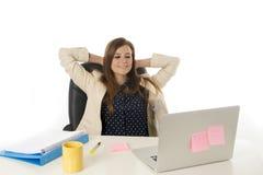 Ung attraktiv affärskvinna för företags stående på kontorsstol som arbetar på skrivbordet för bärbar datordator arkivfoton