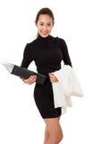 Ung attraktiv affärskvinna med dokument och dräkt över hennes hand royaltyfria foton