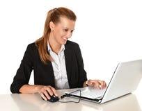 Ung attraktiv affärskvinna som arbetar i dator Arkivfoto