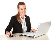 Ung attraktiv affärskvinna som arbetar i dator Royaltyfri Fotografi
