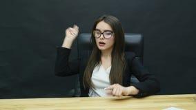 Ung attraktiv affärskvinna som har huvudvärk i kontoret stock video