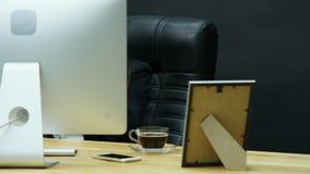 Ung attraktiv affärskvinna som har huvudvärk i kontoret lager videofilmer