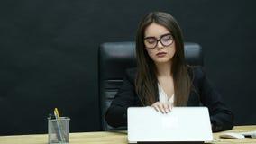Ung attraktiv affärskvinna som har huvudvärk i kontoret arkivfilmer