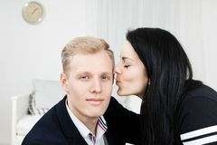 Ung attraktiv affärskvinna som kysser mannen i formell klänning royaltyfria bilder