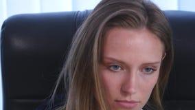 Ung attraktiv affärskvinna som talar på telefonen i kontoret och och drev ut ur kontoret close upp stock video