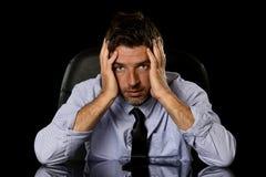 Ung attraktiv affärsman i bekymrat trött och stressat sitta för framsidauttryck som är deprimerat på kontorsstol royaltyfri fotografi