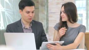 Ung attraktiv affärsman och kvinna lager videofilmer