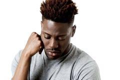 Ung attraktiv afro amerikansk man på hans 20-tal som ser ledset och deprimerat posera som är emotionellt Royaltyfria Bilder