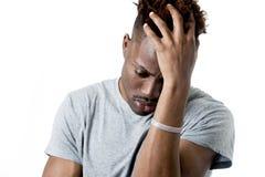 Ung attraktiv afro amerikansk man på hans 20-tal som ser ledset och deprimerat posera som är emotionellt Royaltyfri Bild