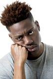 Ung attraktiv afro amerikansk man på hans 20-tal som ser ledset och deprimerat posera som är emotionellt Royaltyfri Fotografi