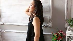 Ung attraktiv asiatisk kvinna som poserar för kameran stock video