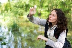 Ung attraktiv biologkvinna som arbetar på vattenanalys royaltyfri foto