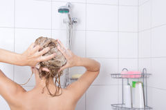 Ung attraktiv blondiekvinna som tar en dusch Royaltyfria Bilder