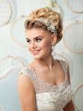 Ung attraktiv brud med blommor Royaltyfri Bild