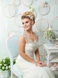 Ung attraktiv brud med blommor Royaltyfria Foton