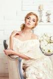 Ung attraktiv brud med blommor Fotografering för Bildbyråer