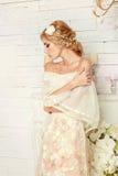 Ung attraktiv brud med blommor Royaltyfri Foto
