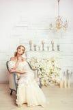 Ung attraktiv brud med blommor Royaltyfri Fotografi