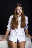 Ung attraktiv flicka i tillfällig stil som isoleras på svart backgro royaltyfria foton