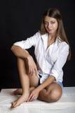 Ung attraktiv flicka i tillfällig stil som isoleras på svart backgro royaltyfri foto