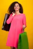 Ung attraktiv flicka med shoppingpåsar Arkivfoton