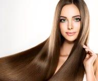 Ung attraktiv flicka-modell med ursnyggt, skinande, långt, hår royaltyfri fotografi