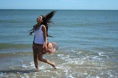 Ung attraktiv flicka som leker i hav Arkivbilder