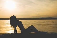 Ung attraktiv flickamodellkontur på stranden royaltyfri bild