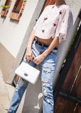 Ung attraktiv härlig kvinnlig modell med långa ben i blått f royaltyfri bild