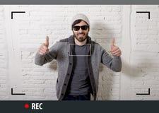 Ung attraktiv hipster och moderiktig stilman i video bloggerinspelning för selfie och för internet Arkivfoton