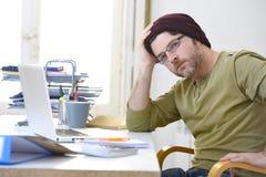 Ung attraktiv hipsteraffärsman som hemifrån arbetar kontoret som självständig affärsmodell för freelancer Royaltyfri Bild