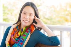 Ung attraktiv kinesisk stående för vuxen kvinna utomhus Arkivfoto