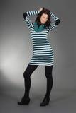 Ung attraktiv kvinna över grå färg Arkivfoton