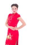 Ung attraktiv kvinna i den röda japanska klänningen som isoleras på vit Arkivfoto