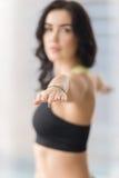 Ung attraktiv kvinna i krigare två, closeup av henne händer Arkivfoto
