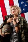 Ung attraktiv kvinna i militära kläder royaltyfria bilder