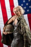 Ung attraktiv kvinna i militära kläder royaltyfri bild