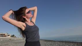 Ung attraktiv kvinna i solglasögon på Pebblet Beach lager videofilmer