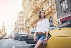 Ung attraktiv kvinna med en retro kamera royaltyfria bilder